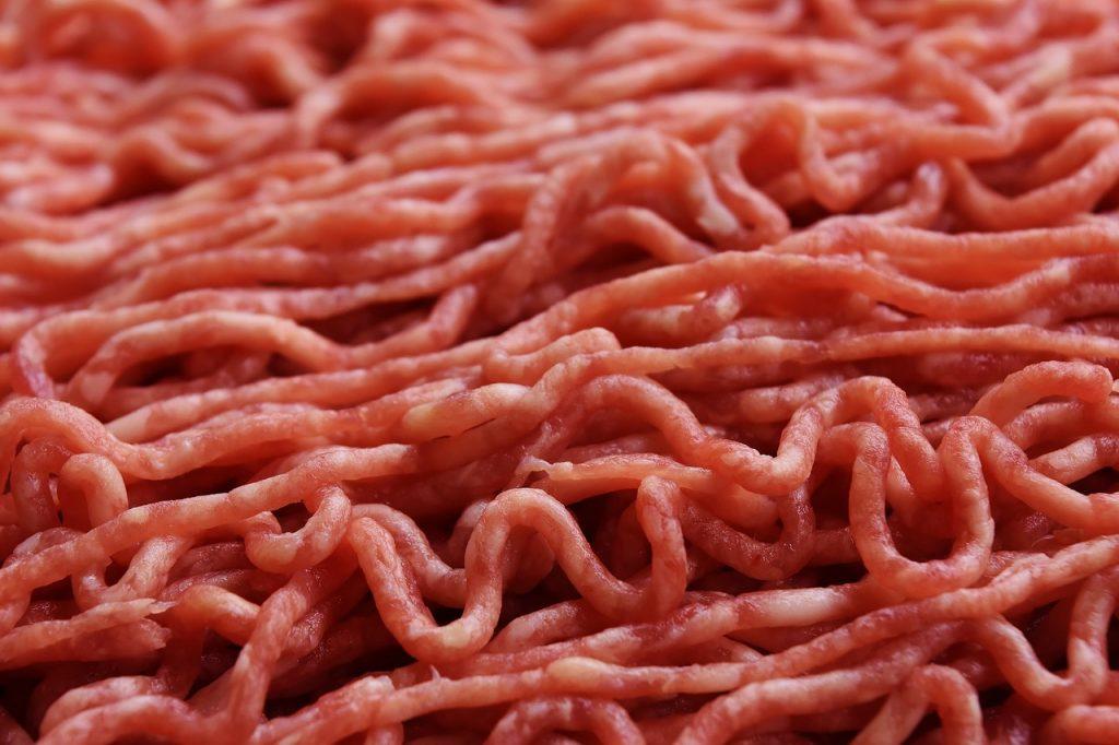 Carne picada rica en vitamina B3.