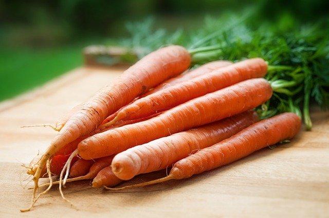 aceites esenciales para la piel envejecida romero, zanahoria y lavanda